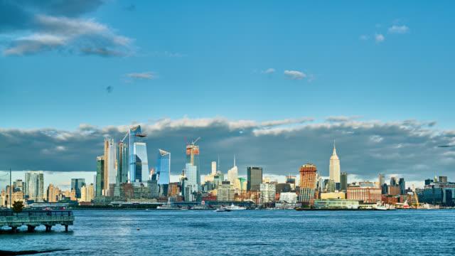 モダンなニューヨークのミッドタウン。日 - 澄んだ空点の映像素材/bロール