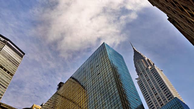 vidéos et rushes de édifice de bureaux moderne. chrysler building. horizon de new york - vue en contre plongée
