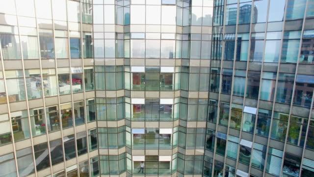 modernes Bürogebäude mit Glaswand in modernen Stadt