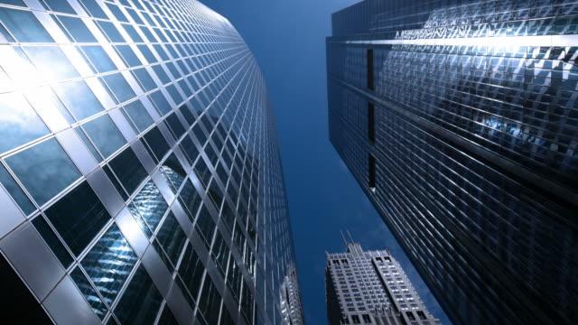 Moderne Bürogebäude und Wolken