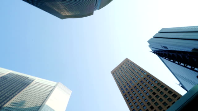 ローアングルからの東京のモダンな事務所ビルを表示します。