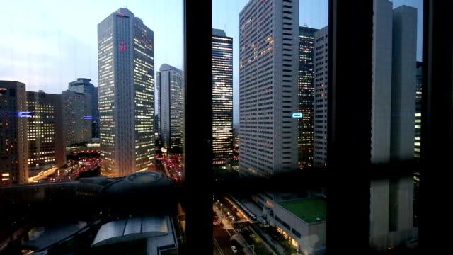 moderne bürogebäude aus fenster in tokio - fensterfront stock-videos und b-roll-filmmaterial