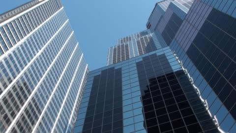 vidéos et rushes de immeubles de bureaux modernes - vue en contre plongée verticale
