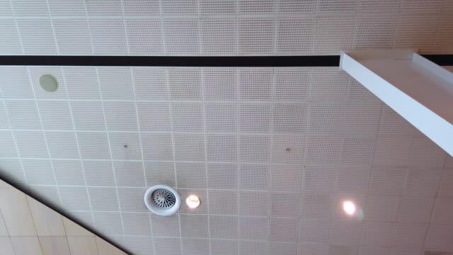 vídeos de stock e filmes b-roll de modern office ceiling - chão de azulejo