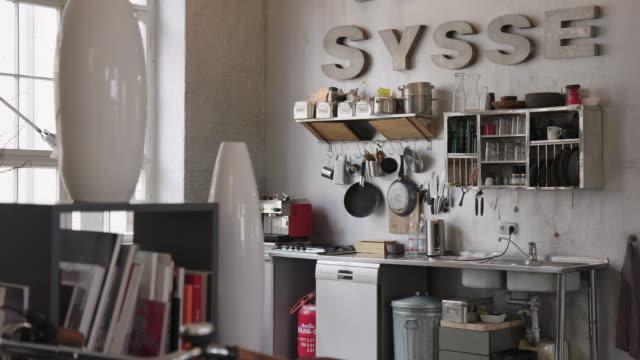 moderna area dispensa per uffici - messy video stock e b–roll