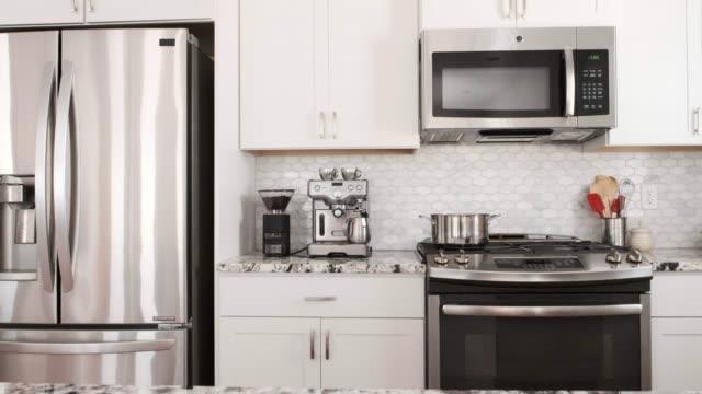 modernes offenes konzept home interior - waschbecken stock-videos und b-roll-filmmaterial