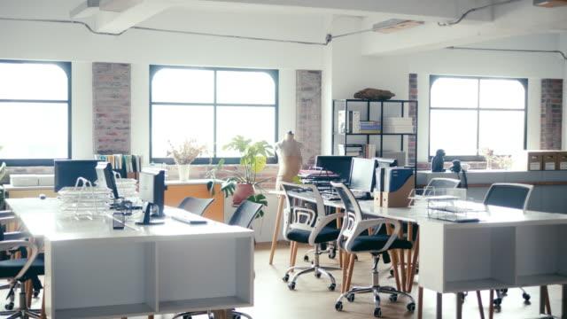 人がいないモダンなオープンオフィス - 人物なし点の映像素材/bロール