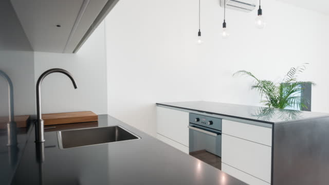 stockvideo's en b-roll-footage met moderne open plan woonkamer keukenontwerp - loft apartment