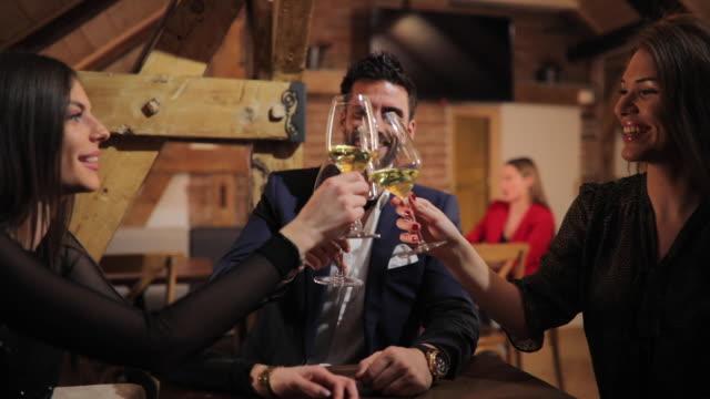 Moderne Menschen, die trinken Wein im café