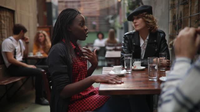 vidéos et rushes de gens modernes au café - hipster personne