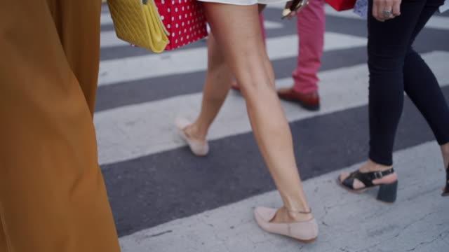 vidéos et rushes de personnes modernes dans la ville moderne - beaux pieds et femme