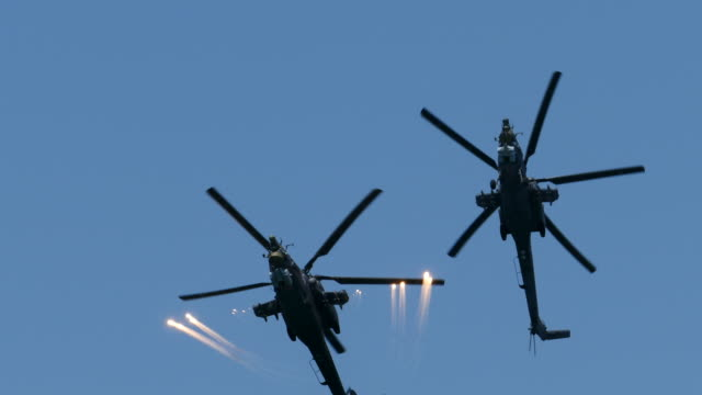 moderne leistungsfähige militärhubschrauber in den himmel - lenkflugkörper stock-videos und b-roll-filmmaterial