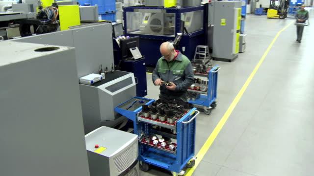 vidéos et rushes de cs ligne de production modernes - ouvrier à la chaîne
