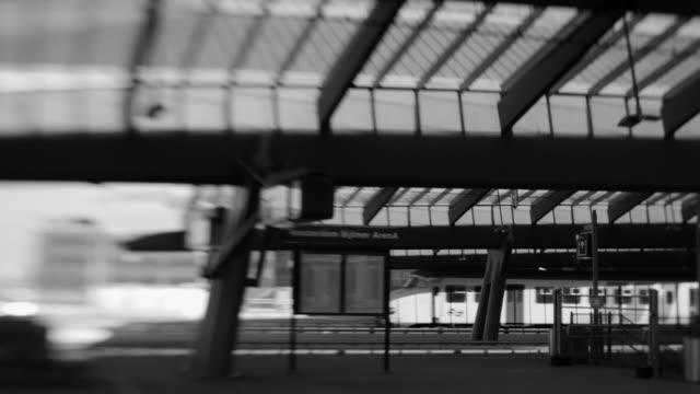 modern railway station architecture, amsterdam bijlmer arena, loop - järnvägsperrong bildbanksvideor och videomaterial från bakom kulisserna