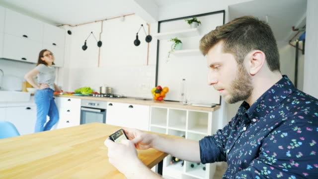 stockvideo's en b-roll-footage met moderne relatie problemen. - communication problems