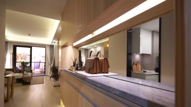vídeos y material grabado en eventos de stock de habitación moderna con bolsos de cuero e interior de espejo - estante muebles