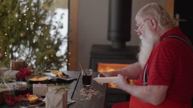 modern santa claus making toys (slow motion) - barba peluria del viso video stock e b–roll