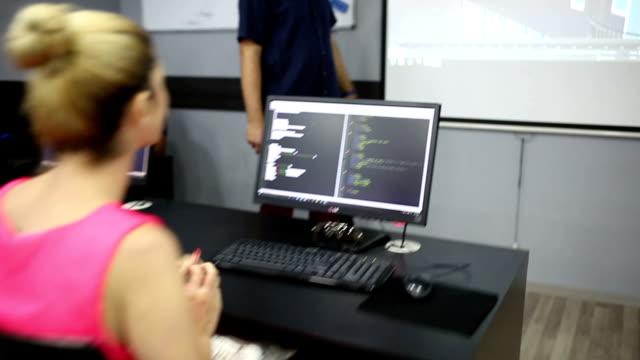 vídeos y material grabado en eventos de stock de la escuela moderna - laboratorio de ordenadores