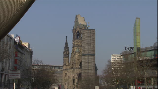 a modern sculpture frames the kaiser wilhelm memorial church in berlin. - カイザー・ヴィルヘルム記念教会点の映像素材/bロール