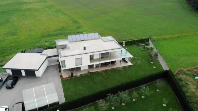 vidéos et rushes de maison autonome moderne avec des panneaux solaires - clôture jardin
