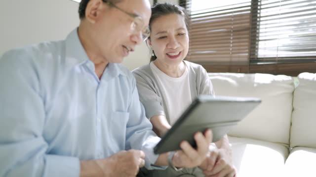 vídeos de stock, filmes e b-roll de séniores modernos que usam a tabuleta digital - utilizar o tablet