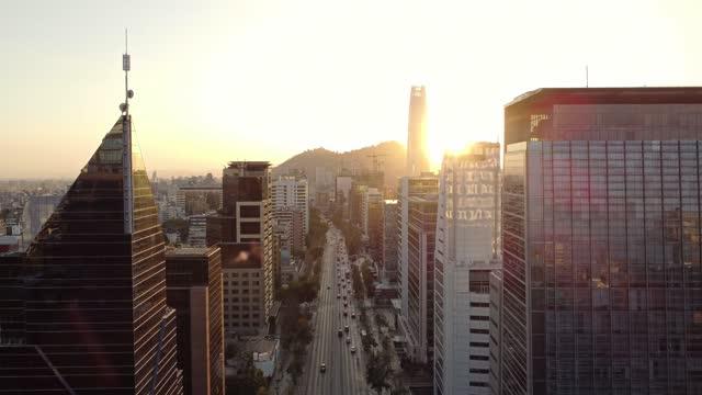 vidéos et rushes de gratte-ciel modernes le long de l'avenue apoquindo à santiago du chili - établissement financier
