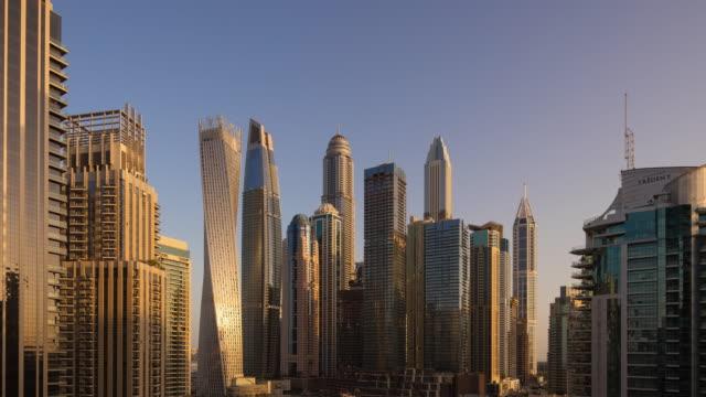 vidéos et rushes de t/l ws zo modern skyscrapers à dubai marina, émirats arabes unis - 10 seconds or greater