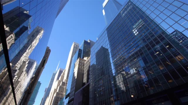 ws-la pan moderne wolkenkratzer in midtown manhattan / new york city, usa - gebäudefront stock-videos und b-roll-filmmaterial