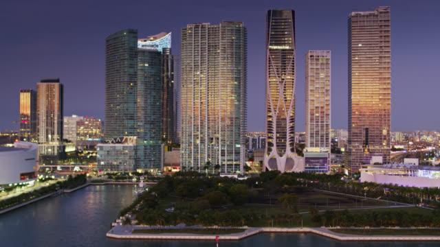vídeos y material grabado en eventos de stock de modern skyscrapers on biscayne blvd, miami - aerial - bahía de biscayne