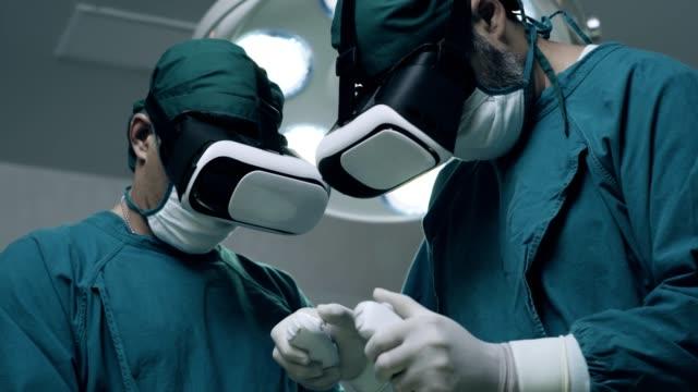 vídeos de stock, filmes e b-roll de cirurgia moderna, simulador de realidade virtual. - realidade virtual