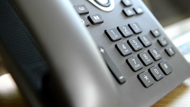 moderne telefon mit hd-technologie - arbeitszimmer stock-videos und b-roll-filmmaterial