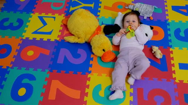 vídeos de stock, filmes e b-roll de brinquedos modernos ensinam letras e números de crianças e bebês - roupa de bebê