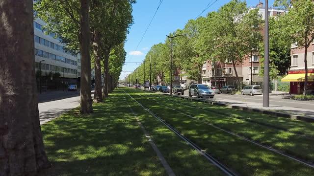 vidéos et rushes de modern tram on railway in paris - tramway