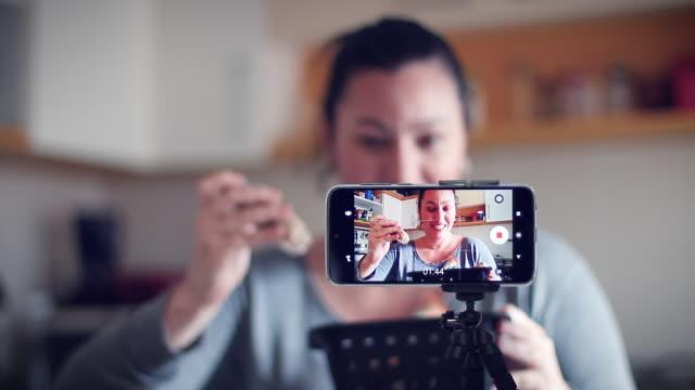 vídeos de stock, filmes e b-roll de a mulher moderna em uma maneira nova de faz o negócio através do internet - mostrar
