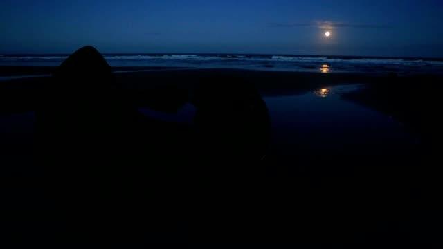 Moeraki boulders på natten, månen kommer upp horisonten