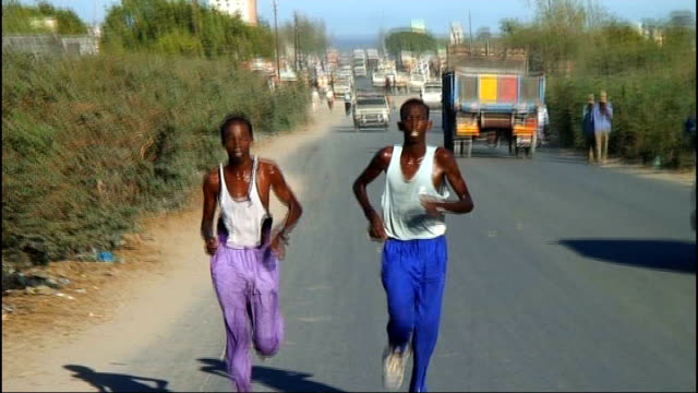 somali sports officials amongst dead 1052011 / t10051123 somali olympic athletes including abdinasir ibrahim running along road during training - アフリカの角点の映像素材/bロール