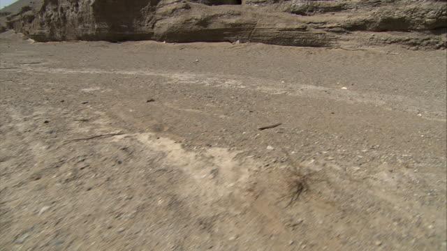 vídeos y material grabado en eventos de stock de mogao caves north district caves crane shot - plano de grúa