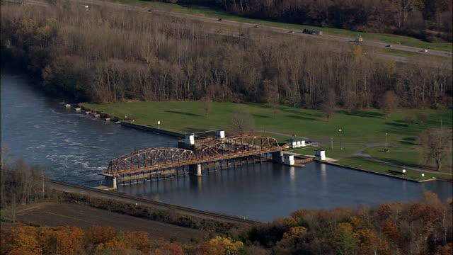 stockvideo's en b-roll-footage met mohawk rivier en kanaal in de buurt van fonda - luchtfoto - new york, montgomery county, verenigde staten - hanenkam haardracht