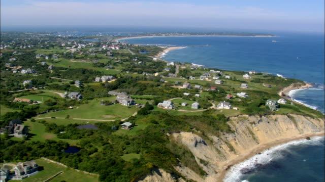 vidéos et rushes de mohegan bluffs abrite-vue aérienne, dans le rhode island, dans l'état de washington county, états-unis - rhode island