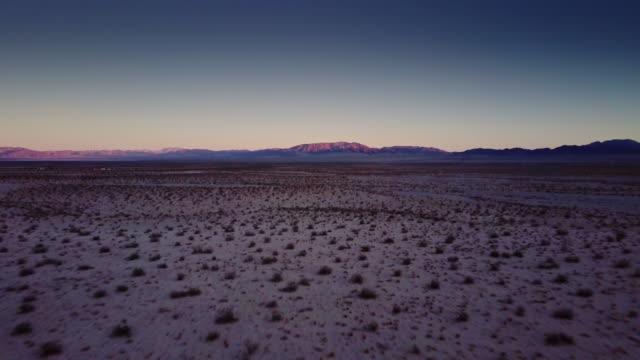 mojave desert at twilight - drone shot - deserto mojave video stock e b–roll