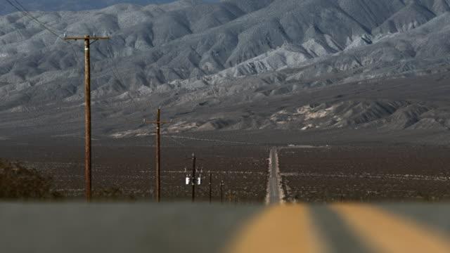 mojave desert california road trip telephoto - mit handkamera stock-videos und b-roll-filmmaterial