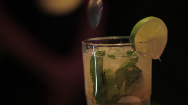 mojito preparation - mischen stock-videos und b-roll-filmmaterial