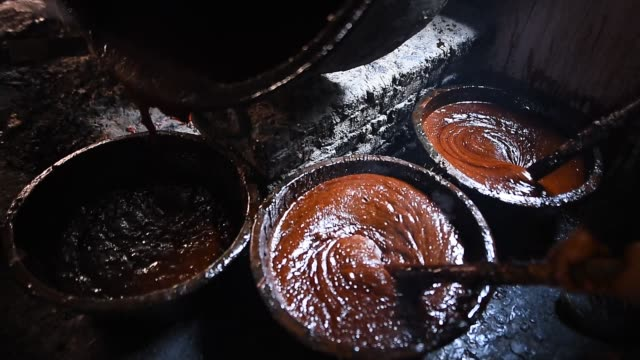 "molasses ""chaku"" is usually prepared and consumed during the maghe sankranti festival and throughout winter by nepalese molasses ""chaku"" in nepali is... - sirap bildbanksvideor och videomaterial från bakom kulisserna"