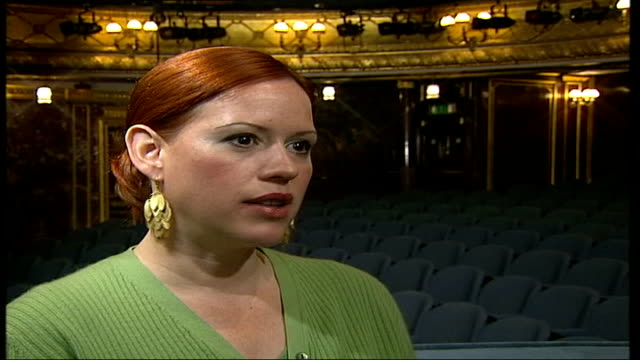 molly ringwald starring in stage version of 'when harry met sally'; itn england: london: int molly ringwald interviewed sot - i saw movie when it... - molly ringwald stock videos & royalty-free footage