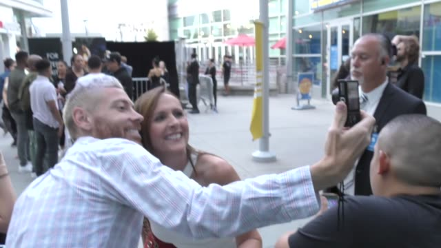vidéos et rushes de molly shannon signs for fans outside the sextuplets premiere at arclight cinemas in hollywood on august 7, 2019 at celebrity sightings in los angeles. - arclight cinemas hollywood
