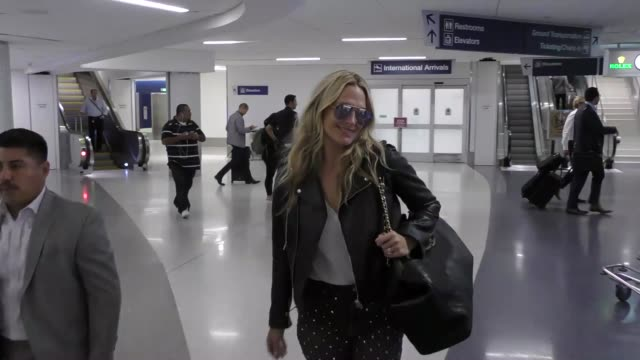 molly sims arriving at lax airport in los angeles celebrity sightings on october 12 2017 in los angeles california - molly sims stock videos & royalty-free footage