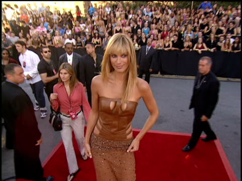 molly sims arriving to the 2001 mtv video music awards red carpet - モリー・シムズ点の映像素材/bロール