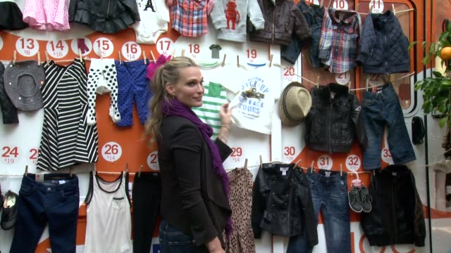 molly sims at jcpenney + joe fresh kids orange grove at times square on august 21, 2013 in new york, new york - モリー・シムズ点の映像素材/bロール