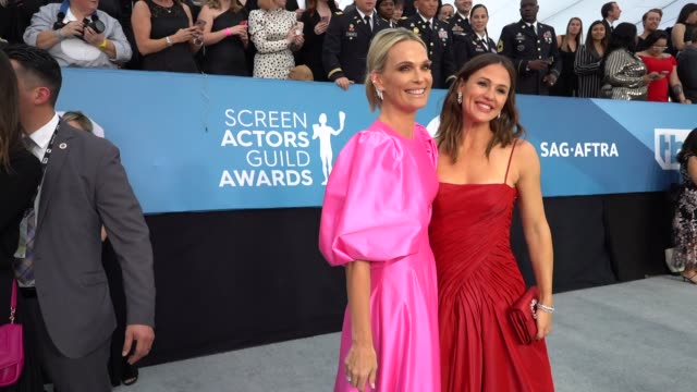 molly sims, jennifer garner at the 26th annual screen actorsguild awards - red carpet roaming at the shrine auditorium on january 19, 2020 in los... - モリー・シムズ点の映像素材/bロール
