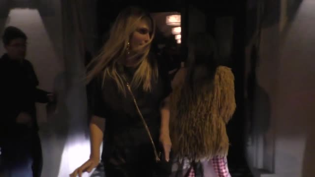 molly sims signs for a fan outside craig's in west hollywood in celebrity sightings in los angeles, - モリー・シムズ点の映像素材/bロール